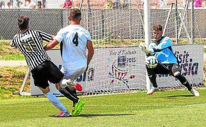 Fernando repele un disparo en un lance del Sevilla C-Mairena de hace dos temporadas.
