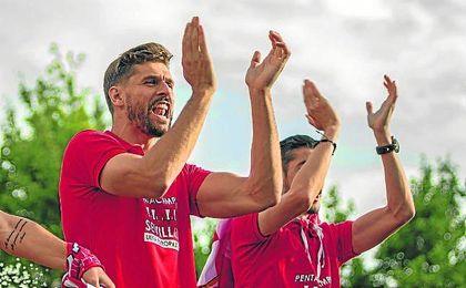 Fernando Llorente, durante la celebraci�n de la Europa League por las calles de Sevilla.
