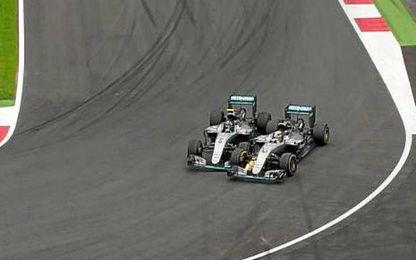 Hamilton adelantó a Rosberg en la última vuelta.
