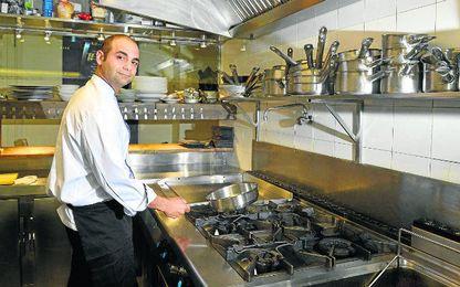Mark Delia posa para ED en el restaurante Don Juan de Alemanes, donde trabaja.