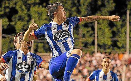Luis Alberto celebra un gol con la camiseta del Deportivo.