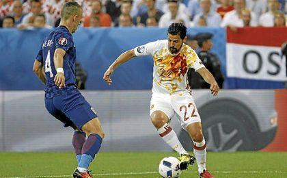 Nolito encara al croata Perisic en un lance del España-Croacia de la presente Eurocopa.