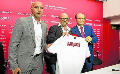 José Castro y Monchi junto a Jorge Sampaoli en la presentación del técnico argentino como sevillista.