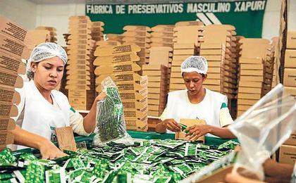 Trabajadores empacan preservativos ecol�gicos en la f�brica Natex.