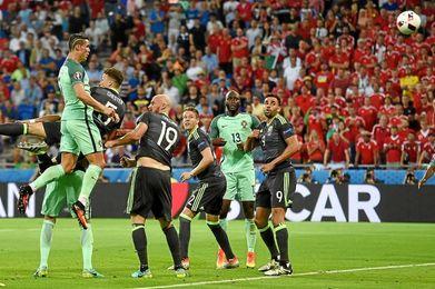 Impresionante salto de Cristiano en el gol de Portugal.