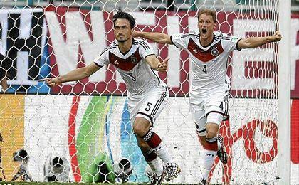 Hummels, una de las bajas m�s sensibles de Alemania, celebra un gol con H�wedes.