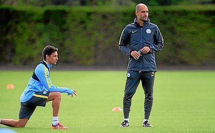 Navas y Guardiola, en un entrenamiento del Manchester City.