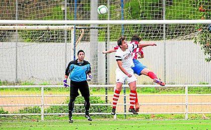 El portero Manu sigue con atenci�n un lance del Demo-Herrera de la pasada temporada.
