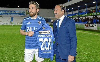 Fran Carles, homenajeado por el Linares tras cumplir 200 partidos.