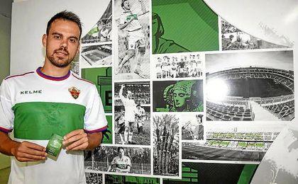 Matilla, durante su presentaci�n como nuevo jugador del Elche.