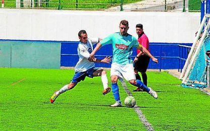 El lateral zurdo Quino (izquierda) presiona a un adversario.