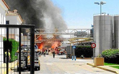 Imagen del incendio en la fábrica de aceite.