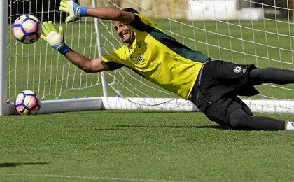Ad�n se estira en un entrenamiento en Marbella.