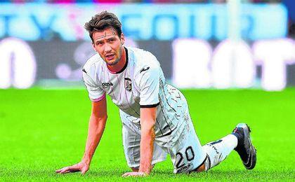 Por su habilidad con el cuero, los rivales en no pocas veces se muestran incapaces de frenar a Franco Vázquez si no es con faltas.