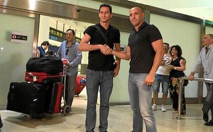 Ganso posa junto a Monchi, en el Aeropuerto Internacional de San Pablo.