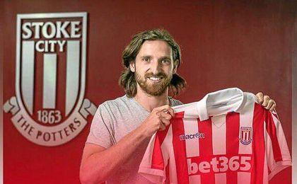 El centrocampista posa con su nueva camiseta.