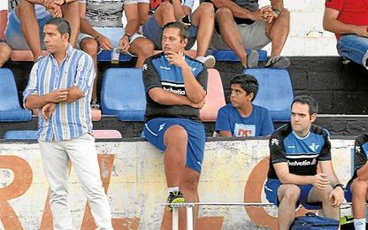 En la imagen, Juan Carlos Gómez (izquierda) observa el desarrollo de un encuentro amistoso de la pasada pretemporada.