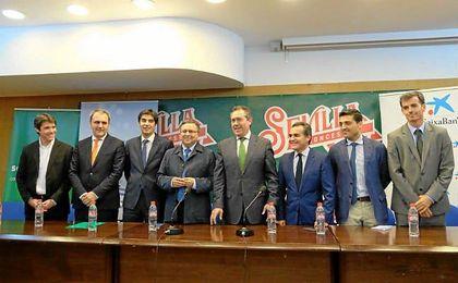 Ángel Haro y Fernando Moral, a la derecha del delegado de Deportes, David Guevara, durante la rueda de prensa que anunció la salvación del club.