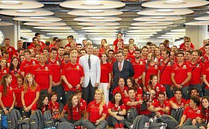 El monarca despide en el aeropuerto a los atletas españoles que parten hoy hacia Río de Janeiro.
