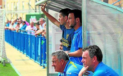 Manuel Lozano, el primero que aparece de pie, sigue un partido junto a Emilio López, sentado.