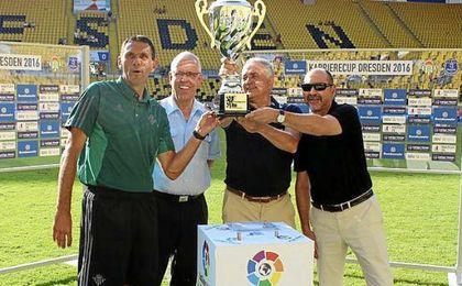 Poyet y Gordillo representaron al Betis en la entrega de trofeos.