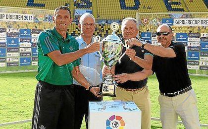 Poyet, con el trofeo cosechado en la Dresden Cup.