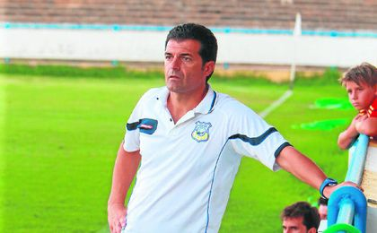Mariano Su�rez, t�cnico del Coria, sigue con atenci�n el amistoso de ayer.