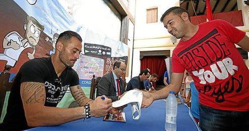 Beto, firmando un autógrafo a un aficionado sevillista.