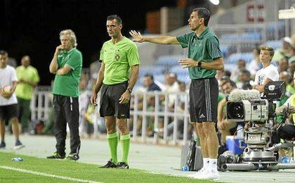 Gustavo Poyet dando instrucciones a sus pupilos en Portugal.
