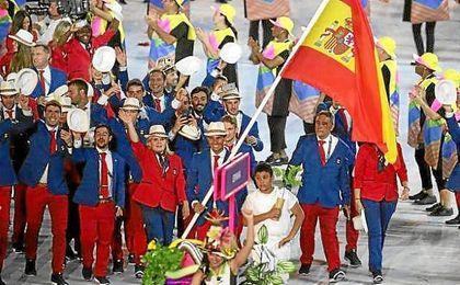 Nadal, sonriente, al frente de la delegación española en Maracaná.