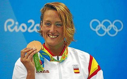 Mireia Belmonte, sonriente, con su medalla de bronce de los 400 estilos.