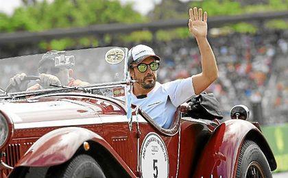 Fernando Alonso saluda al público en el GP de Alemania.