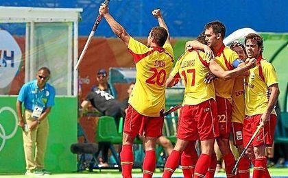 España celebra el triunfo ante Nueva Zelanda.