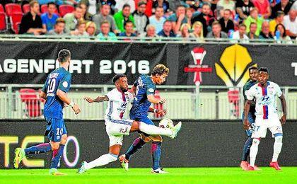 Lacazette presiona a Stambouli durante la Supercopa gala del sábado.