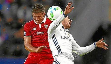 Carriço y Morata saltan por el balón.