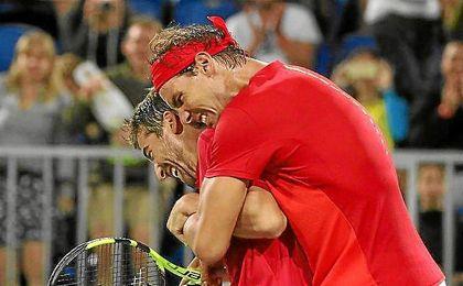 Marc López y Nadal celebran el triunfo ante los austríacos.