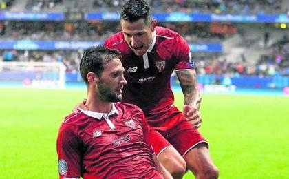 Vitolo felicita al italo-argentino tras un gol.