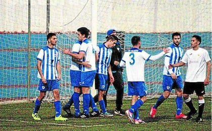 Los jugadores del Salteras se felicitan tras vencer al Brenes la pasada temporada.
