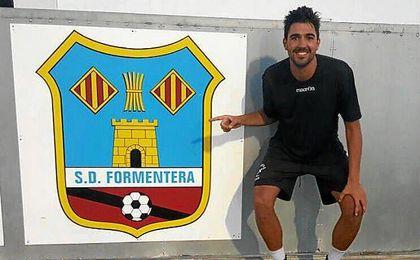Juan Antonio posa feliz junto al escudo de su nuevo club, un Formentera que luchará por el ascenso