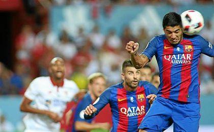 Luis Suárez salta en un lance de la ida de la Supercopa ante el Sevilla