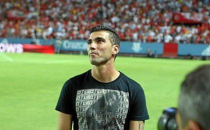 Reyes mira a la grada del Sánchez Pizjuán antes del encuentro ante el Barça