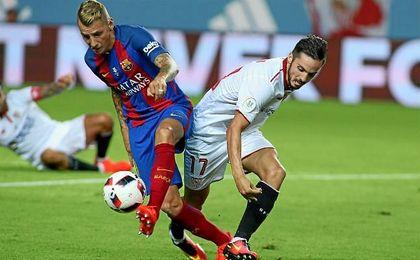 Digne y Sarabia pugnan por un balón en el partido de ida.