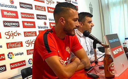 Xavi Torres durante su presentación como nuevo jugador Sporting de Gijón.