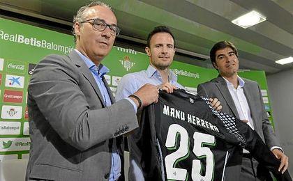 Torrecilla, junto a Manu Herrera y Haro en la presentaci�n del portero.