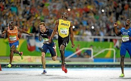 Usain Bolt celebra su triunfo tras cruzar la línea de meta.