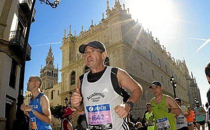 Imagen de un corredor durante la pasada Zurich Maratón de Sevilla.
