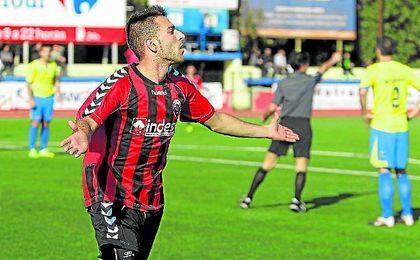Reguera celebra un gol con el Cabecense al San Juan.