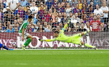 Adán se estira para intentar evitar uno de los goles del Barcelona.
