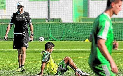 José Juan Romero, entrenador del Betis B, atento a las evoluciones de sus jugadores en una sesión.