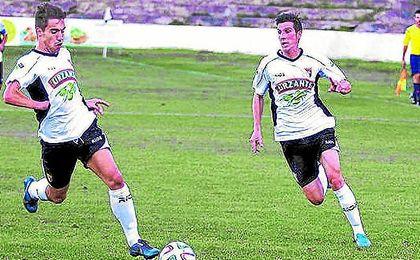 En la imagen, el atacante Lucho (a la derecha) en su etapa en el Tudelano.